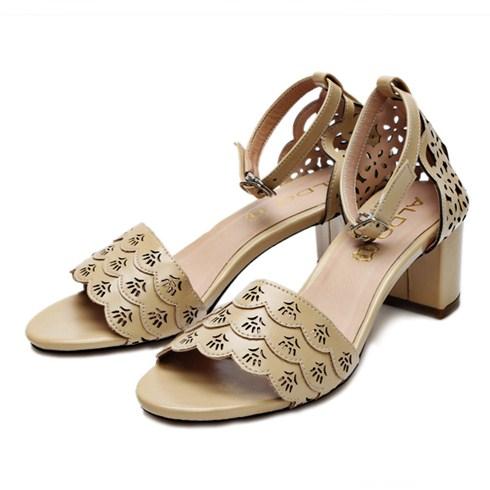 Cắt khắc laser trên giày dép giá rẻ