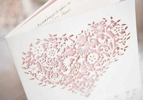 Cắt laser trên thiệp cưới với những hoa văn, họa tiết đẹp
