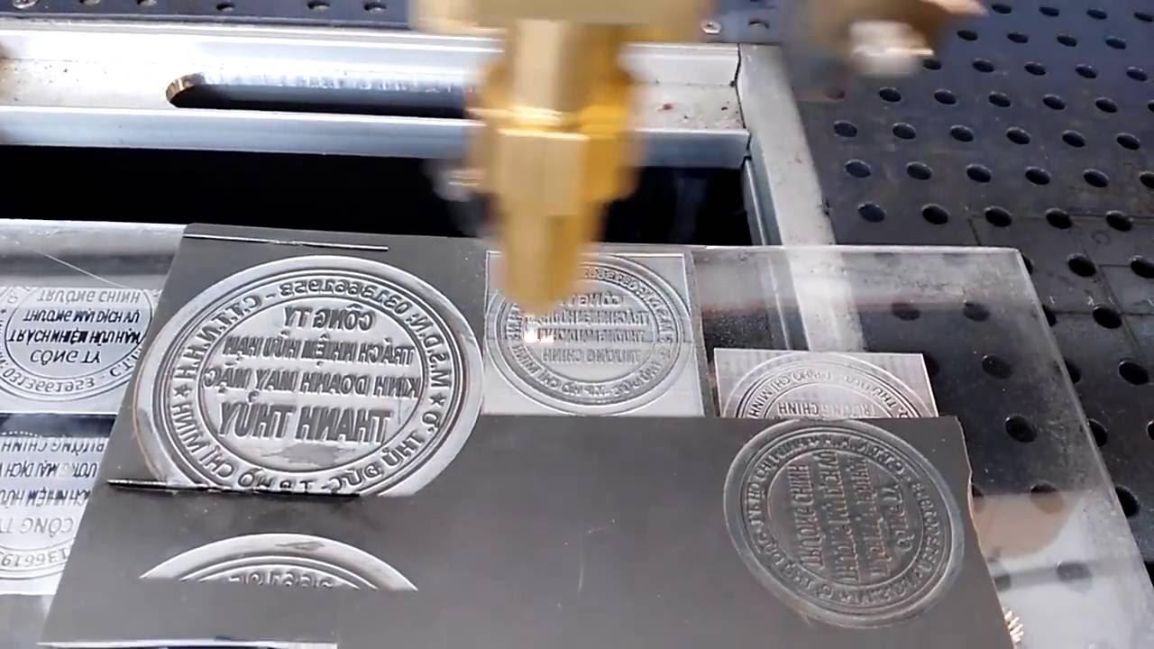 Cắt khắc laser mica giá rẻ tại TpHCM