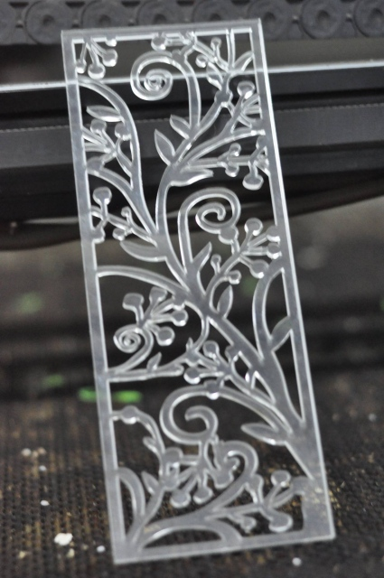 Cắt laser mica với những nét hoa văn đẹp