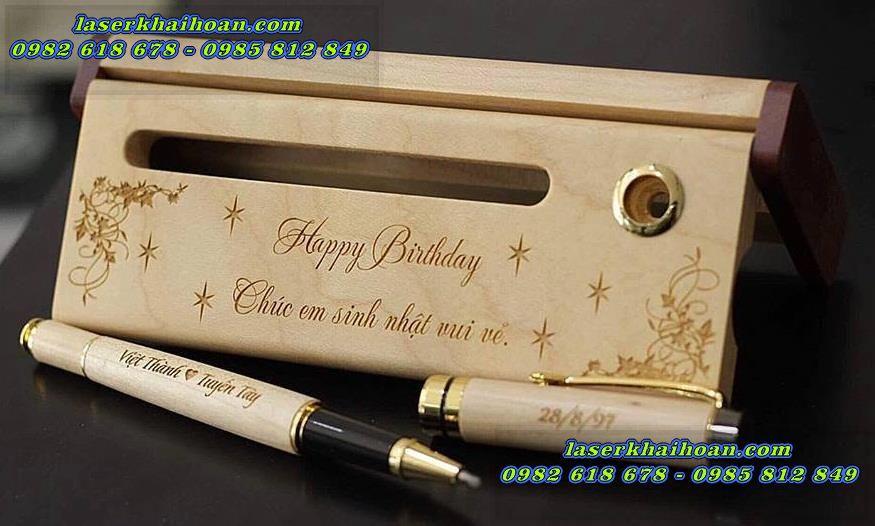 Khắc laser trên bút gỗ đẹp