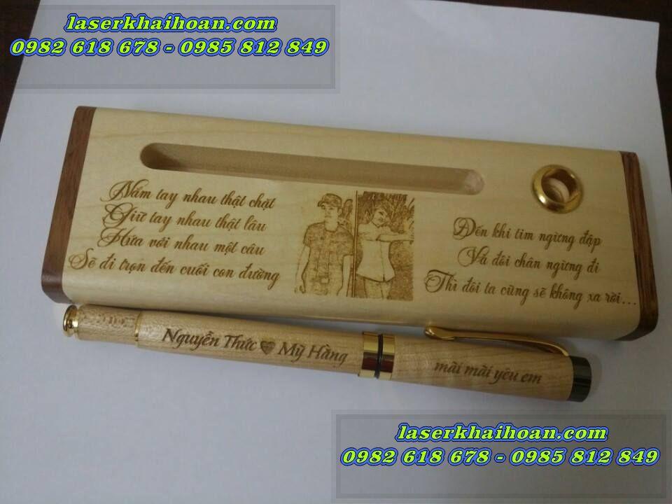 Khắc laser trên bút gỗ
