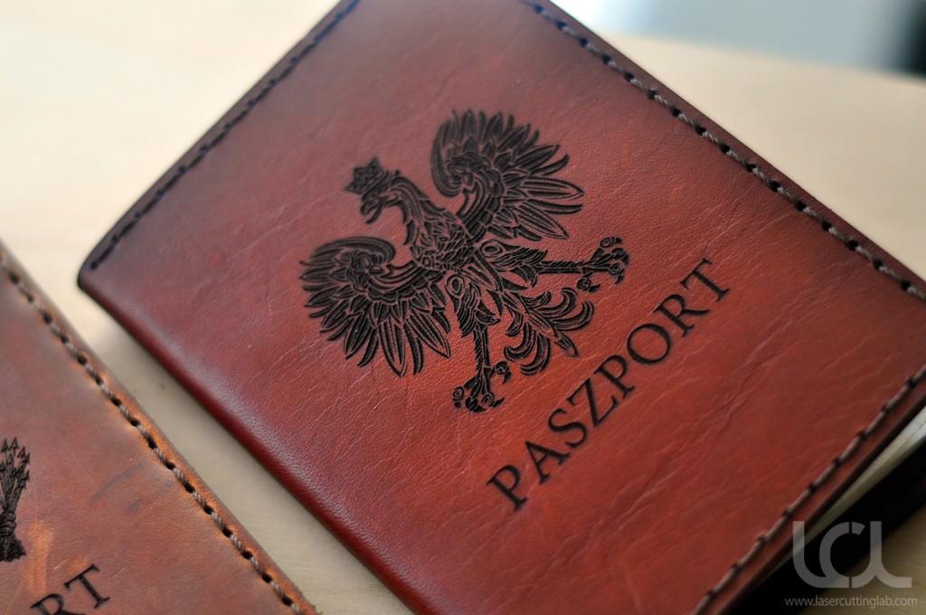 Cắt khắc laser trên da - simili làm vỏ đựng paszport